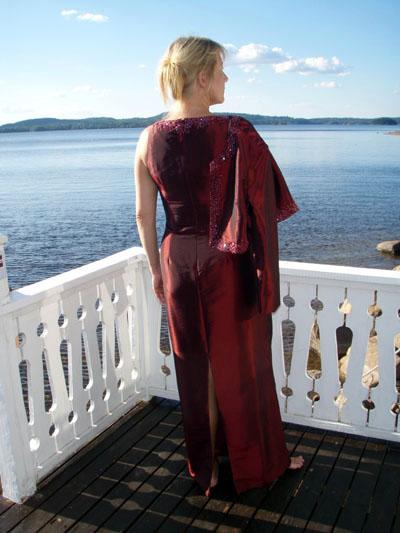 PD2421M Vinröd, Marin, Guld Klänning i siden med pärlbrodyr
